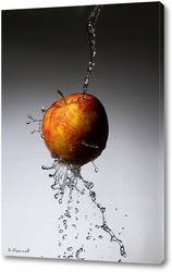 Яблоко под струями воды