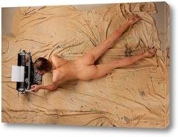 Девушка, лежащая у печатной машинки