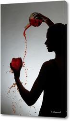 Девушка наливает бокал вина