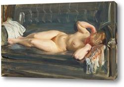 На серо-голубом кожаном диване