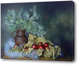 Новогодняя композиция с крыской Лариской и елочками игрушками на фоне заснеженного леса
