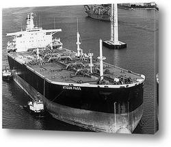 Картина Крупный план танкера сверху.