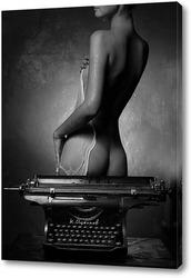 Мокрая девушка и печатная машинка