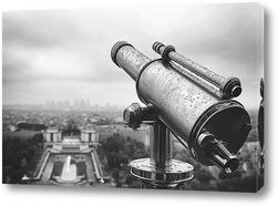 Подзорная труба на Эйфелевой башне во время дождя