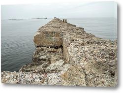 Старый пирс в Балтийском море недалеко от Лиепаи в Латвии