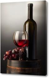 Композиция с красным вином на старой бочке