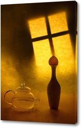 Натюрморт с чайником и вазой на фоне ночного окна