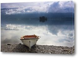 Лодка на берегу озера