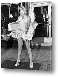 Картина Мерлин Монро удерживающая платье.