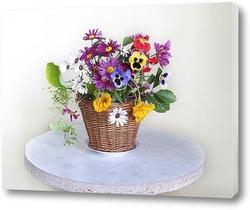 Букет из цветов в лукошке на белом фоне