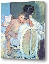Сидящая женщина с ребенком и его рукой