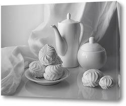 Зефирки на блюдце и чайник на белом фоне