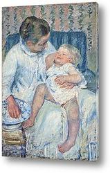 Мать собирается мыть ее сонного ребенка