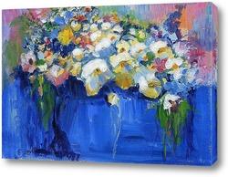 Букет цветов в синей вазе
