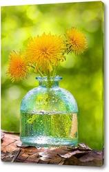 Одуванчики в стеклянной вазе