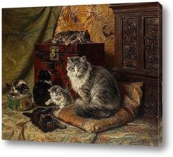 Кошка и котята играют