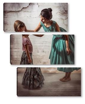 Модульная картина Мама в зелёном платье в горошек воспитывает свою дочь в длинной юбке
