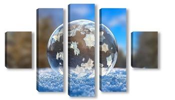 Модульная картина Замёрзший мыльный пузырь в зимнем лесу